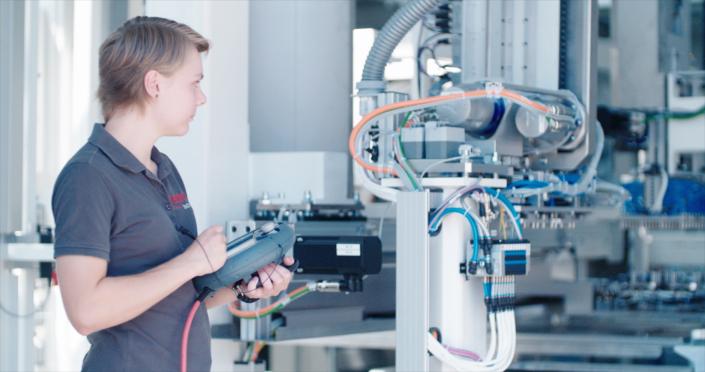 Mitarbeiterin der Waldorf Technik | Waldorf Technik employee