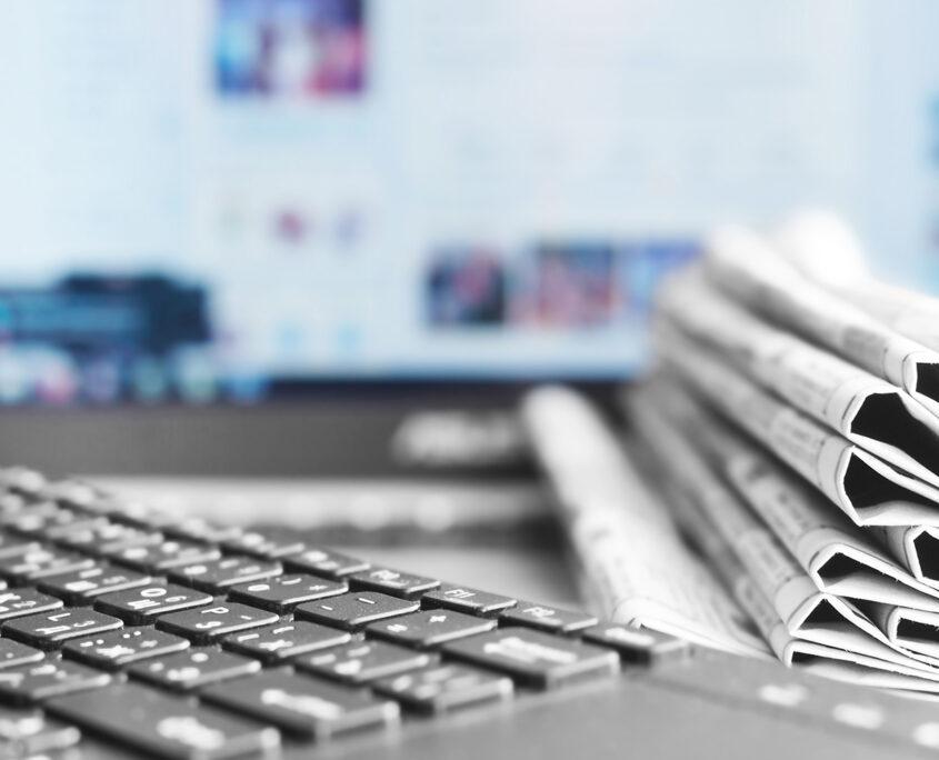 Verschiedene Informationsmedien - Internet, Zeitung